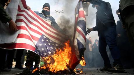 Demonstranten im Iran verbrennen die amerikanische und britische Flagge während eines Protestes gegen die Ermordung des iranischen Generalmajors Qassem Soleimani
