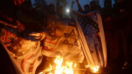 Aufgebrachte Bürger protestieren gegen die Ermordung des iranischen Generals Qassem Soleimani, hinter der sie auch die israelische Regierung vermuten. (Symbolbild)