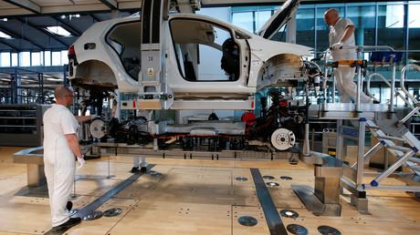 Arbeiter montieren am 30.03.2017 einen E-Golf bei der neuen Produktionsanlage  von Volkswagen in der Gläsernen Manufaktur in Dresden.