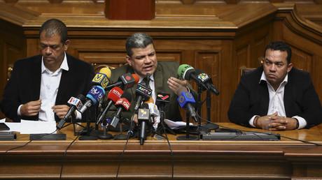 Der neu gewählte Präsident der venezolanischen Nationalversammlung Luis Parra (M.) und seine beiden Stellvertreter Franklyn Duarte (r.) und José Gregorio Noriega (l.) gehören mit zu den von den neuen US-Sanktionen betroffenen Oppositionsabgeordneten.