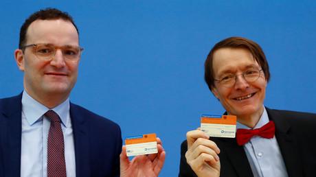 Gesundheitsminister Jens Spahn und Karl Lauterbach mit Organspendeausweisen, Berlin, Deutschland, 1. April 2019.