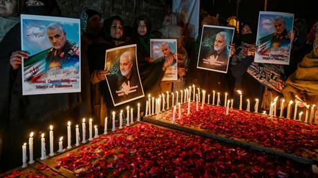 Schiitische Muslime halten am 8. Januar 2020 in Pakistans Hauptstadt Islamabad   Bilder des getöteten iranischen Generals Qassem Soleimani in der Hand.