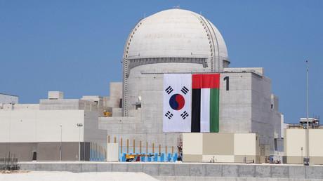 Flaggen Südkoreas und der Vereinigten Arabischen Emirate wurden auf den Atomreaktor Nr. 1 der Barakah-Anlage zur Fertigstellung am 26. März 2018 gehangen.