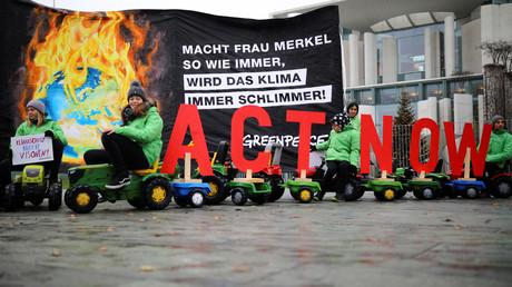 ()Symbolbild). Greenpeace-Aktivisten protestieren vor dem Kanzleramt in Berlin, 2. Dezember 2019.