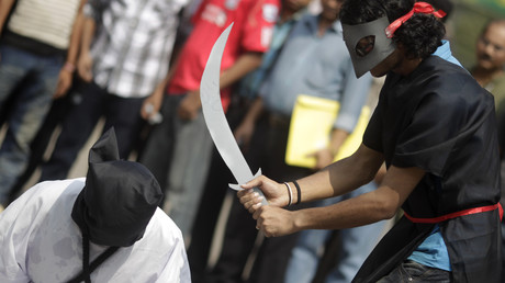 Junge Bangladescher vom Magic Movement inszenieren am 15. Oktober 2011 in Dhaka aus Protest gegen die Enthauptung von acht bangladeschischen Arbeitern durch Saudi-Arabien eine Scheinhinrichtungsszene. (Symbolbild)