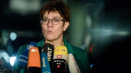 Im Raum stehende Drohung: Kramp-Karrenbauer am Dienstag in Berlin