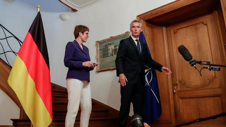 Die deutsche Bundesverteidigungsministerin Annegret Kramp-Karrenbauer und der NATO-Generalsekretär Jens Stoltenberg in Brüssel, Belgien, 31. Juli 2019.