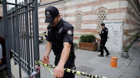 Ein Polizist sperrt den Zugang zur Straße ab, die zu Le Mesuriers Haus in Istanbul führt.