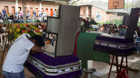 Symbolbild: Mitglieder des Nasa-Indianerstammes nehmen an der Beerdigung von Kevin Mestizo Coicue und Eugenio Tenorio teil. Beide wurden im August 2019 von unbekannten Paramilitärs ermordet.
