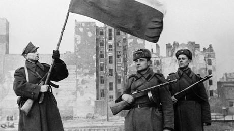 Waffenbruderschaft: Ein Soldat der Polnischen Armee (links) hisst am 17. Januar 1944 im befreiten Warschau die polnische Nationalfahne. Rechts stehen Soldaten der Roten Armee.