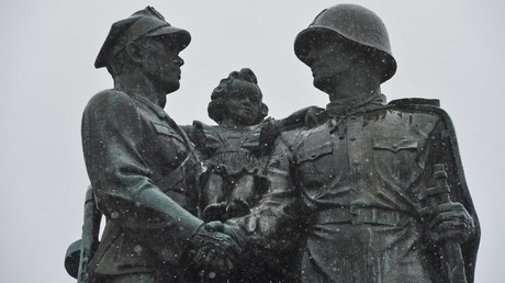 Das Denkmal für die polnisch-sowjetische Waffenbruderschaft im Zentrum der Stadt Legnica (Bild aufgenommen im Januar 2018). Es gehört zu den 500 Denkmälern aus der Sowjetzeit, die nach dem antikommunistischen Gesetz abgerissen wurden.