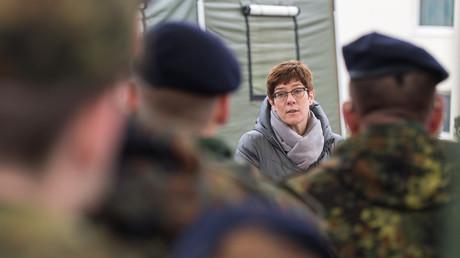 Archivbild: Annegret Kramp-Karrenbauer spricht zu Soldaten in der Graf-Haeseler-Kaserne im Saarland (25. November 2019).
