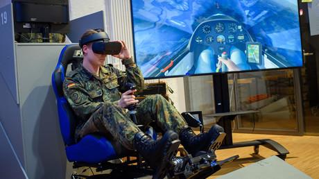 Bundeswehrsoldat beim Test einer Virtual-Reality-Simulation, Cyber Innovation Hub, Berlin, Deutschland, 26. November 2019.