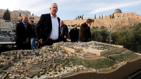 Benny Gantz hinter einem Modell der Jerusalemer Altstadt und ihrer Umgebung am 14. Januar 2020.
