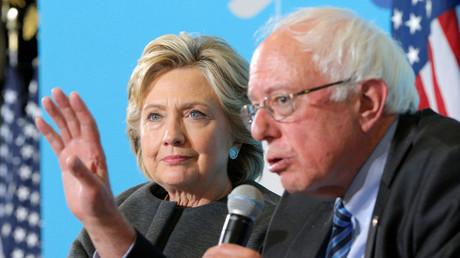 (Archivbild). Hillary Clinton ist 2016 auf ihrer Wahlkampftournee gemeinsam mit Bernie Sanders. Ob Clinton umgekehrt auch Sanders unterstützen würde, ließ sie offen.