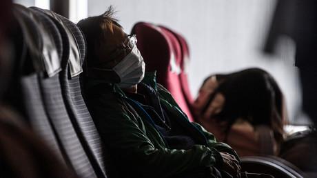 22. Januar 2020: Ein Passagier aus Hongkong trägt kurz vor seiner Ankunft in Macau  eine Gesichtsmaske.