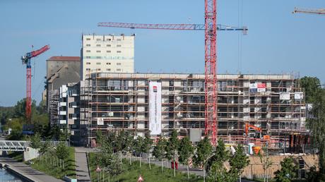Baukräne drehen sich im Mai 2019 über dem neu entstehenden Wohngebiet am Lindenauer Hafen im Westen von Leipzig. Auf dem Gelände wird seit mehreren Jahren gebaut. Es sollen neben Wohnhäusern auch ein Atelierhaus für Künstler und ein Kindergarten entstehen.