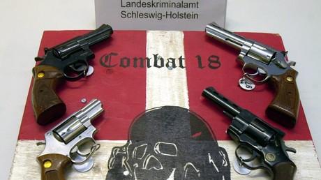 Waffen und ein Zeichen der Neonazi-Gruppe