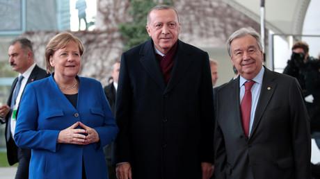 Der türkische Präsident Recep Tayyip Erdoğan zusammen mit Kanzlerin Angela Merkel und UN-Generalsekretär Antonio Guterres