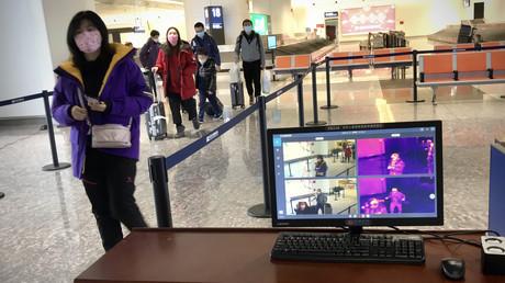 Mit einem Thermalscanner wurden am 23. Januar Passagiere am Tianhe-Flughafen von Wuhan nach Anzeichen von Fieber kontrolliert. Sie durften die Stadt nicht verlassen.