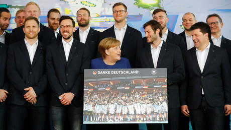 Spieler der deutschen Handball-Nationalmannschaft zusammen mit Kanzlerin Angela Merkel im Kanzleramt, April 2019