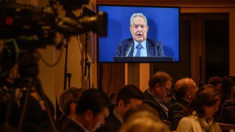 George Soros ist auf einem Bildschirm zu sehen, während er auf dem  Weltwirtschaftsforum in Davos eine Rede hält. (23. Januar 2019)