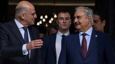 General Chalifa Haftar (r.) traf am 17. Januar den griechischen Außenminister Nikos Dendias (l.) in Athen.