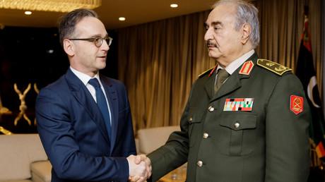 Vor Beginn der Libyen-Konferenz taf sich der deutsche Außenminister Heiko Maas mit dem LNA-Kommandanten Chalifa Haftar in Bengasi, 16. Januar 2020