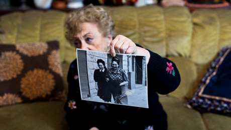 Jona Laks, Überlebende der Zwillingsexperimente von Dr. Josef Mengele, zeigt ein Foto von ihr und ihrer älteren Schwester Chana, Tel Aviv, Israel, am 21. Januar 2020.