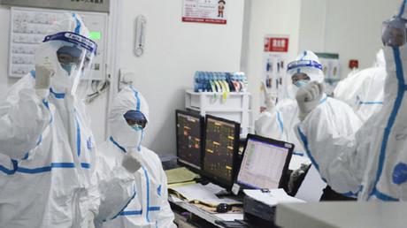 Medizinisches Personal mit Schutzkleidung gegen das Corona-Virus, Wuhan, China.