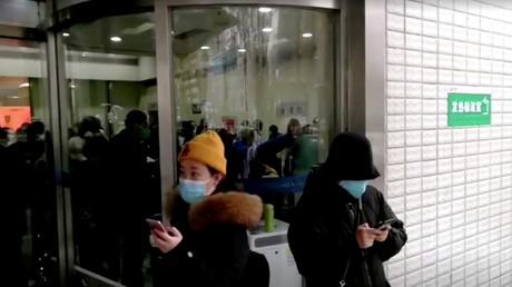 Menschen mit Schutzmasken, Wuhan, China, 22. Januar 2020.