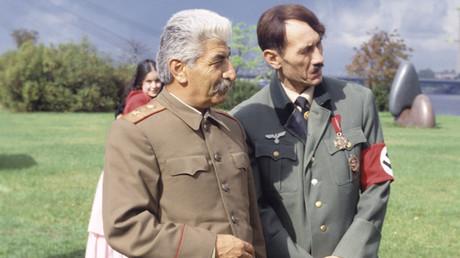 Symbolbild: Doppelgänger von Josef Stalin und Adolf Hitler posieren für eine TV-Show in Riga.