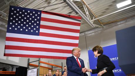 US-Präsident Donald Trump begrüßt Marillyn Hewson, CEO von Lockheed Martin, 12. Juli 2019.