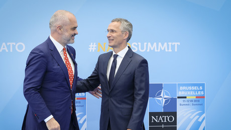 Archivbild: Albaniens Ministerpräsident Edi Rama wird von NATO-Generalsekretär Jens Stoltenberg auf dem NATO-Gipfel in Brüssel empfangen (11. Juli 2018).