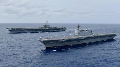 Symbolbild: Der US-Flugzeugträger USS Ronald Reagan bei einer gemeinsamen Übung mit dem japanischen Hubschrauberträger im Südchinesischen Meer (11. Juni 2019).