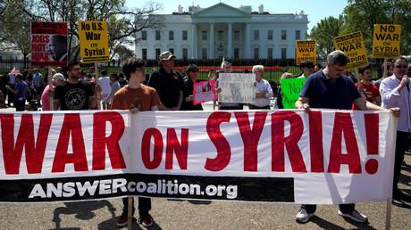 Demonstranten protestieren nach den Raketenangriffen auf Syrien vor dem Weißen Haus in Washington D.C. am 14. April 2018