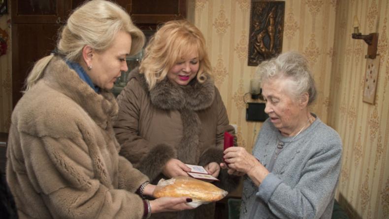 """""""Pelz-Gate"""" auf der Krim: Politikerinnen gratulieren Blockade-Überlebenden mit Laib Brot – Rücktritt"""