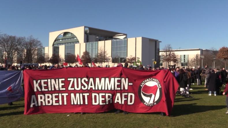 """Thüringen-Wahl: Hunderte brüllen """"Antifascista"""" vor Bundestag – bundesweit Angriffe auf FDP"""