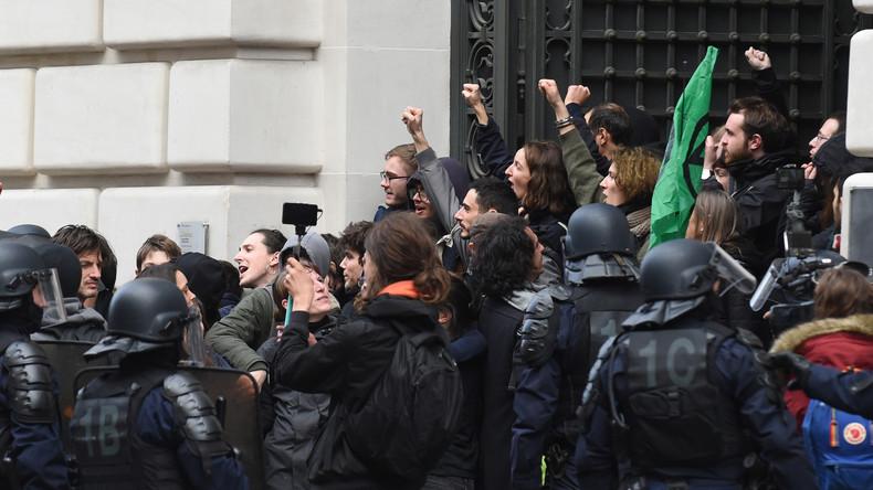 """Liberale Ökologie, Lüge des Kapitals!"" – Aktivisten stürmen BlackRock-Zentrale in Paris"