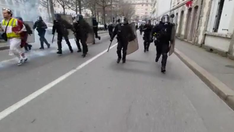 Polizei und Gelbwesten liefern sich Jagdszenen in Rennes – Wasserwerfer und Tränengas im Einsatz