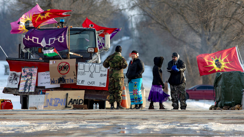 """""""Zielt nicht mit euren Waffen auf uns"""": Proteste gegen Pipeline in Kanada weiten sich aus (Video)"""