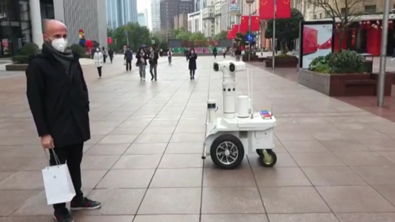 Wegen Coronavirus: Polizei-Roboter patrouilliert auf Straßen Schanghais