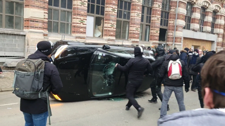 Bei Gelbwesten-Protest: Schwarzer Mob randaliert und sucht Konfrontation mit Polizei