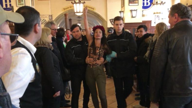 Femen-Aktivistinnen stürmen für Kampf gegen Rechts Hofbräuhaus in München
