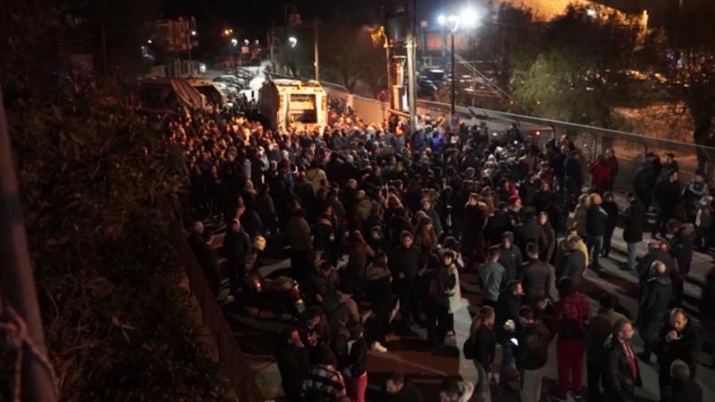 Neue Migrantenlager auf Lesbos: Wütende Bürger blockieren Bauarbeiten und Polizei