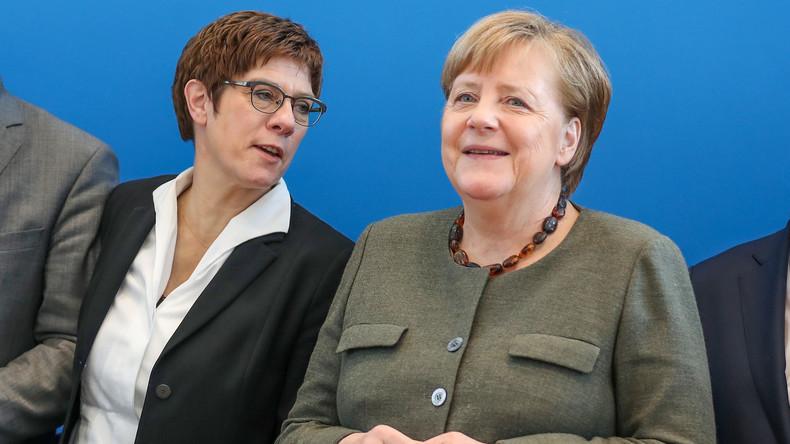 Kramp-Karrenbauer: Angela  Merkel soll bis zum Ende der Amtszeit Kanzlerin bleiben