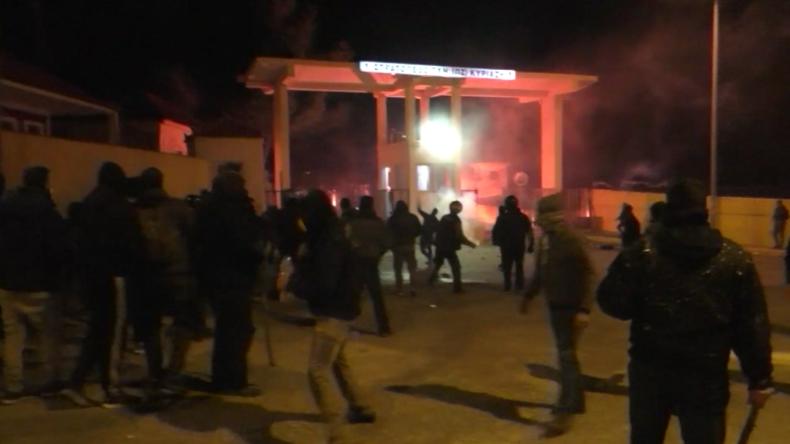 Eskalation auf Lesbos: Heftige Proteste gegen Migrantenlager – Hunderte greifen Militäranlage an