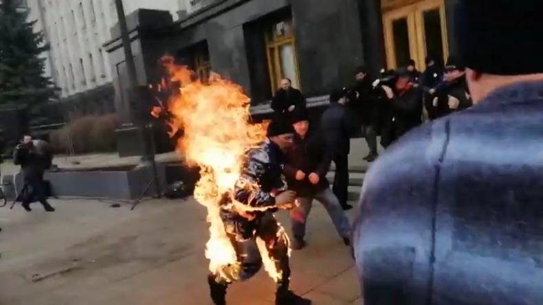Ukraine: Mann setzt sich in Kiew vor dem Büro von Präsident Selenskij in Brand