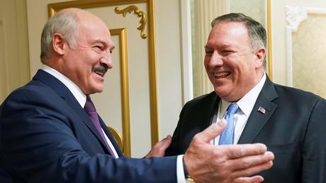 Der weißrussische Präsident Alexander Lukaschenko begrüßt US-Außenminister Mike Pompeo bei einem Treffen in Minsk, Weißrussland.