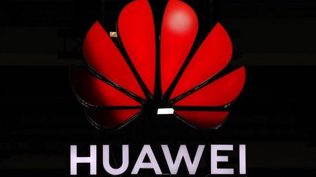 Ein beleuchtetes Huawei-Logo bei dem 10. globalen mobilen Breitband-Forum, das  der chinesische Telekommunikationsriese am 15. Oktober 2019 in Zürich veranstaltet hatte.